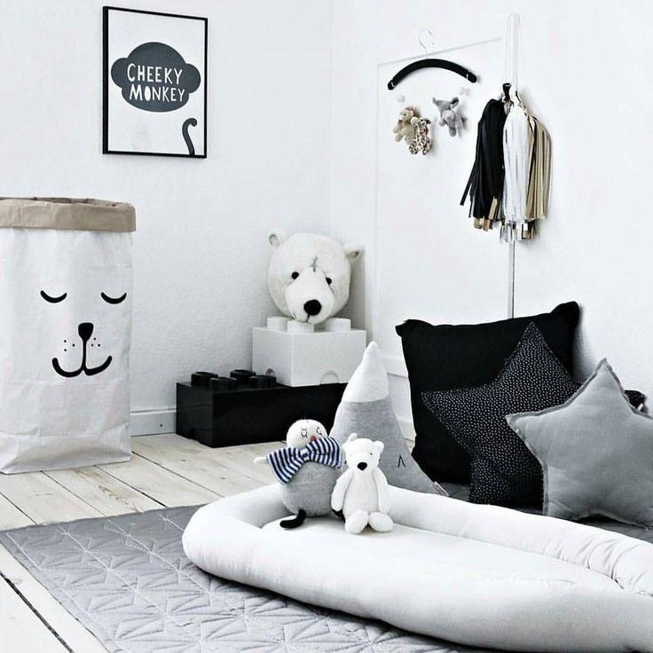 Barnrum i vitt, svart och grått.