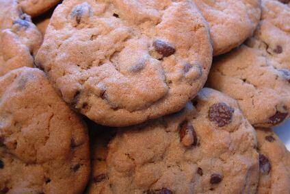 Amerikaanse koekjes met stukjes chocolade gebakken in een blauwe muffinvorm