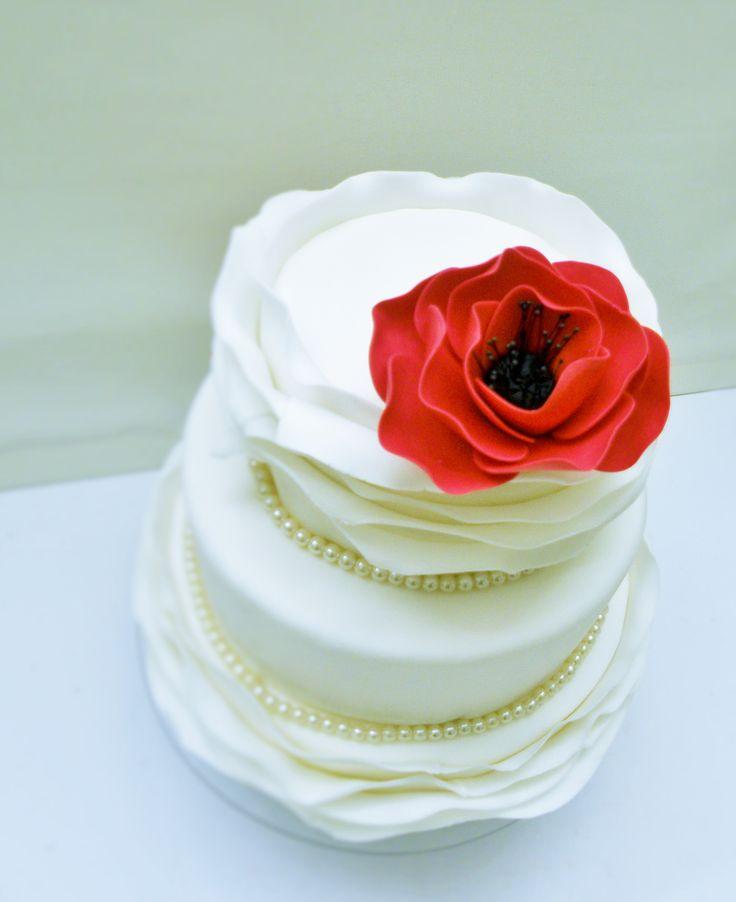 Tort w masie cukrowej z ręcznie wykonanym makiem.