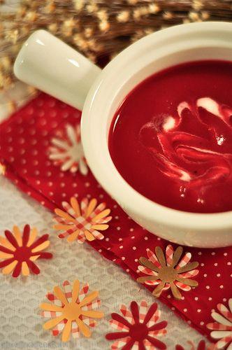 Sopa de beterraba com creme de leite.