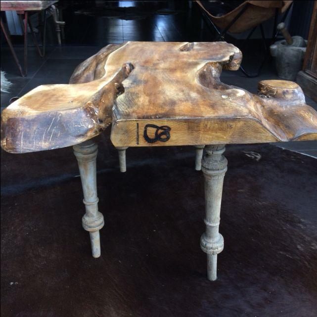Salontafel van acaciahout met antieke tafelpoten vanuit Frankrijk.  Deze unieke tafel is € 315,00