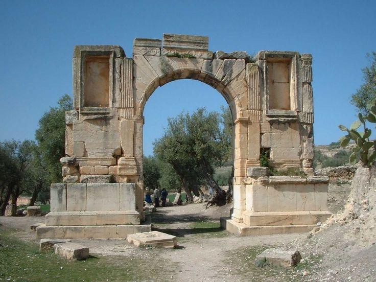 Dougga. Antigua ciudad ubicada en el noroeste del país. Por su interés histórico, este sitio fue clasificado como Patrimonio de la Humanidad por la Unesco en el año 1997. Entre los monumentos más importantes de Dougga, encontramos el mausoleo líbico-bereber, el capitolio, el teatro, así como los templos de Saturno y el de Templo de Juno Caelestis.