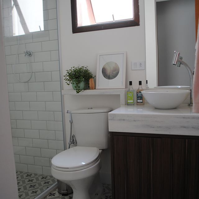 ANTESxDEPOIS do banheiro de hóspedes! Essa transformação merece até um Amém, pq parece milagre, né? Rs. A posição das coisas permaneceu a mesma. Mas mudamos todos os revestimentos, louças, metais, janela... a única coisa que foi reaproveitada foi o vidro no box. E os detalhes da decoração seguiram as diquinhas de vcs! #antesedepois #beforeandafter #banheiro #bathroom #reforma #reformaemcasa #casaemreforma #diariodereforma #diariodedecoracao #diariodedecoração #minhacasa #casinha #sobrado…