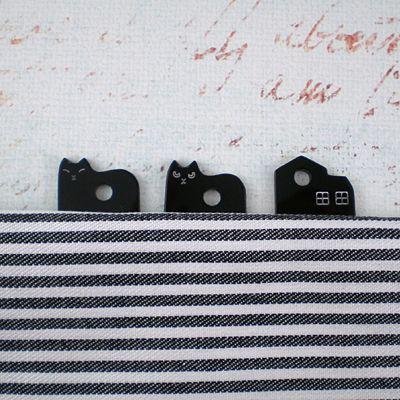 根付や帯飾りを付ける時帯に挟みこんで使用します。 通常のものよりかなり長めに作りましたので帯の間から抜けにくいです。帯に挟んだ時、猫がのぞいていたりお家があったり、頭がちょこっと見えると楽しいプレートを作りました。#ねこ #手作りアクセサリー #着物