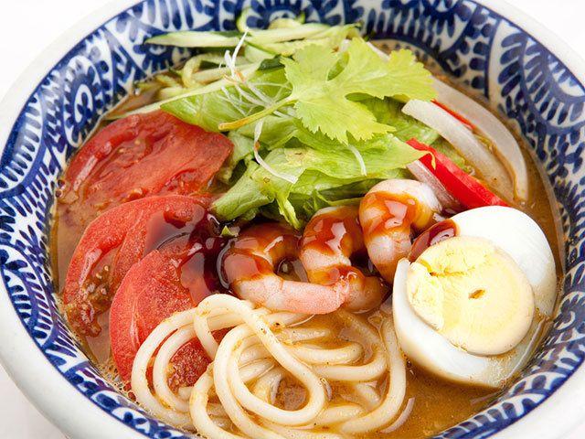 《 池袋 》「ラクサ麺」1,280円。「マレーシアでラクサといえば、アッサム味でしょう!」と断言するオーナーこだわりの逸品。 創業28年、日本のマレーシア料理店のなかでもっとも歴史のある「マレーチャン」。日本人オーナーがマレーシア料理に魅せられ、ナシゴレンなどの定番メニューから通好みの料理まで幅広く提供。  ラクサは、魚だしのアッサムラクサ。つるっとした舌触りに、もっちりとした食感の米麺が特徴で、スープをすすれば、魚の旨みとまろやかな酸味が広がります。比較的マイルドな味なので、アッサムラクサ初心者の方にもおすすめです。  マレーチャン http://www.malaychan-satu.jp/