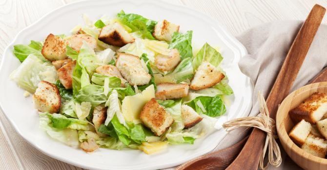 Recette de Salade César Croq'Kilos minceur spécial célibataire. Facile et rapide à réaliser, goûteuse et diététique.