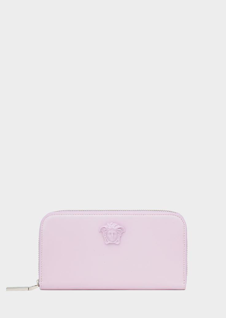 Portefeuille en cuir zippé Palazzo - Versace Femme | Boutique en Ligne France. Portefeuille en cuir zippé Palazzo de la Collection Versce Femme. Portefeuille continental de la collection Palazzo, orné d'une Méduse dorée à l'avant et doté d'une fermeture zippée sur le dessus.