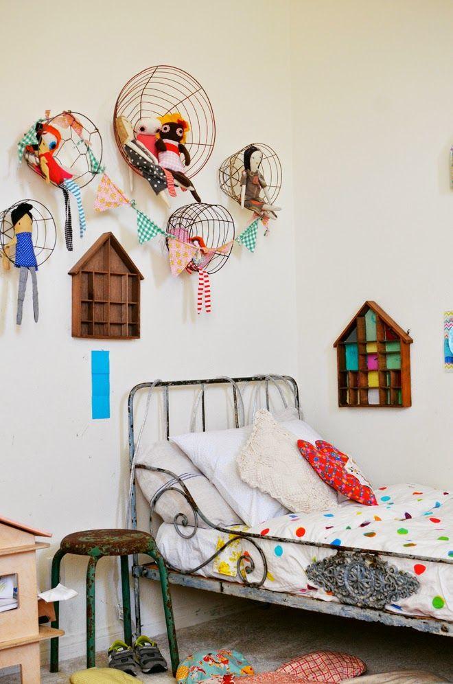 IJzeren mandjes aan de muur geven een mooie plek aan knuffels en poppen. Verder is dit natuurlijk ook een hele leuke kinderkamer - The Boo and the Boy