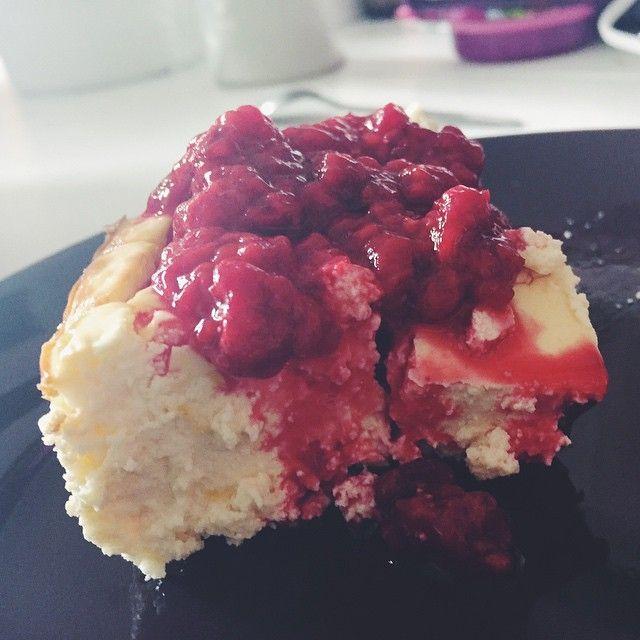 Somrig sockerfri lime- och citroncheesecake toppad med hallon  modifierat recept från @roethlisbergerphoto ##icaniwill #iciw #mrr #minresaräknas #flagom #aldrigvila #jagharviljan #jagtogbeslutet #fucklagom #renvilja #fitfam #tyngre #getbig #krigarekrigar