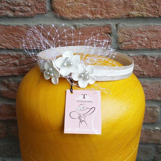 Arte no es lo que ves, es lo que haces a otros ver....  Hermosa cinta para el cabello de la pequeña Sofia Gabriela, diseñada para su bautizo.  Flores realizadas en porcelana, perlas de cristal y lo más importante amor.