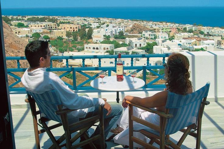 De ruime appartementen van het Aegean View Hotel zijn voorzien van airconditioning. Ze hebben allemaal een kitchenette met een koelkast en een eigen badkamer met een douche en haardroger. Tot de faciliteiten behoren een satelliettelevisie en een eigen badkamer met een bad of douche Het hotel heeft een zoetwaterzwembad en een apart kinderzwembad. Gasten van het Aegean View kunnen satelliettelevisie kijken of genieten van een hapje en een drankje aan de bar bij het zwembad. Officiële categorie…