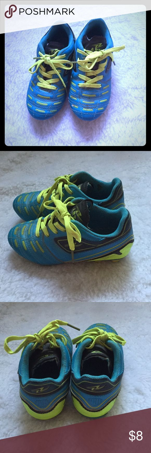 Toddler soccer shoes size 10.5 In good pre owned condition. Toddler soccer shoes Shoes