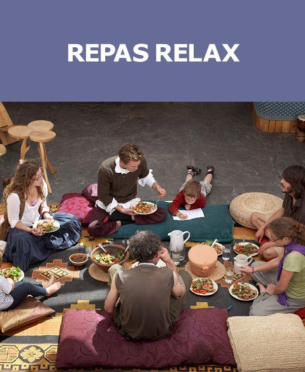 Prendre une bouchée et se nourrir de créativité ! Essayez un repas pique-nique à la maison. Empilez quelques tapis et disposez des coussins sur le sol pour le confort des convives. Déposez ensuite les mets au centre, et chacun pige, à la bonne franquette. Voyez aussi nos autres IDÉES.