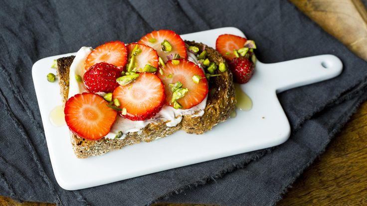 Toast: Ristet brød med yoghurt og jordbær