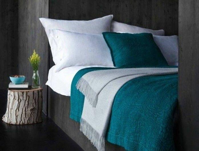 peinture-murale-et-revetement-sol-couleur-gris-anthracite-oreillers-blancs-oreiller-et-couverture-de-lit-bleu-petrole-buche-decoratif-en-guise-de-table-de-nuit