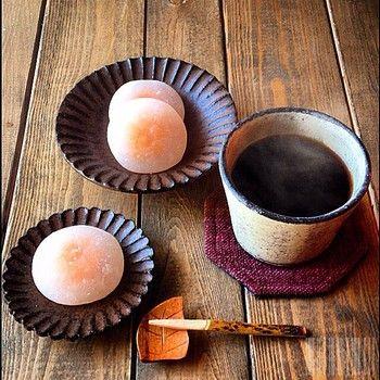 陶芸家、小澤基晴さんによる粉挽のそば猪口にコーヒーをいれて。蕎麦猪口とは思えないほどコーヒーにぴったりですね。ブロンズしのぎ豆皿も素敵です。