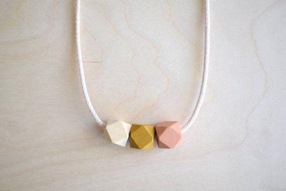 Kralenketting, houten ketting, hout, roze, okergeel, statement ketting, kleur…