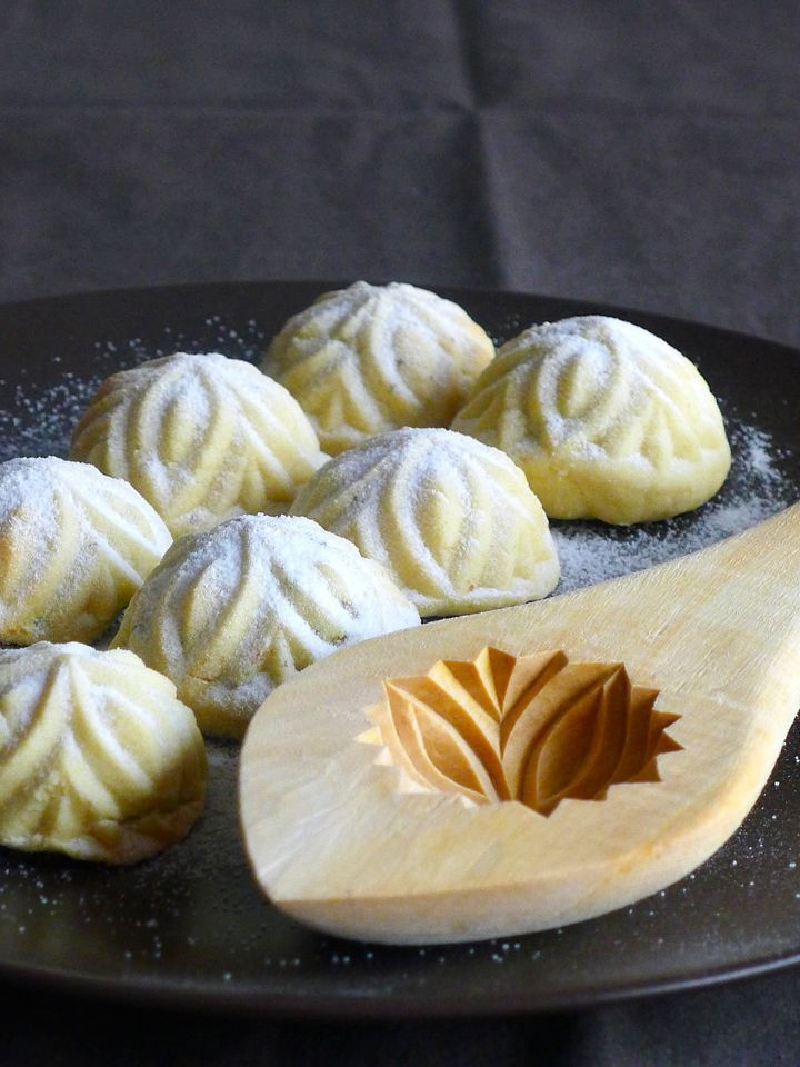 Maamouls are typical Lebanese shortbreads, usually stuffed with dates, but which can also be filled with pistachios, almonds or walnuts.