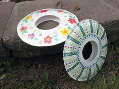 パーティーやお友達が集まるときのお食事に便利な紙皿。用途は食べる時だけではありません!紙皿はちょっとの工作で楽しく遊べちゃうんですよ。紙皿工作には子育て中のママが助かる応援アイテムが満載!今回は紙皿工作情報をたっぷりご紹介します。 この記事の目次 紙皿でつくれるおすすめグッズその1. 2種類の紙皿でつくる☆おしゃれ帽子 紙皿でつくれるおすすめグッズその2. パーティーで活躍!紙皿王冠 紙皿でつくれるおすすめグッズその3. 手作りおもちゃもおすすめ 紙皿でつくれるおすすめグッズその4. みんなで楽しめる♪フリスビー 紙皿でつくれるおすすめグッズその5. ひらひらかわいい☆チョウチョ作り 紙皿でつくれるおすすめグッズその6. 手作り水槽♪アクアリウム 紙皿でつくれるおすすめグッズその7. インテリアアイテムを手作り 紙皿でつくれるおすすめグッズその8. 手作りお守り・ドリームキャッチャー 紙皿でつくれるおすすめグッズその9. 大人気のキャラクターも 紙皿でつくれるおすすめグッズその10. 壁掛け収納・小物入れ 紙皿でつくれるおすすめグッズその11. バッグにアレンジ…