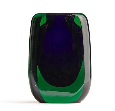Hermann Bongard Oslo 1921 - Bærum 1998 Vase Hadeland Glassverk. 1956. Blå kjerne med grønt overfangsglass. Signert: Hadeland 56 H.B. HØYDE 12,50 CM