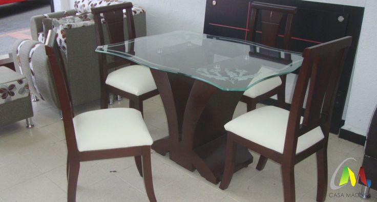Comedor de cuatro puestos con silla pequeña española en madera, base pétalo y cristal de 10mm.