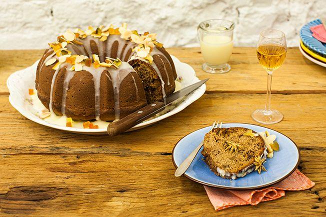 """Uva-passa, amêndoas e frutas cristalizadas recheiam a massa perfumada deste bolo, que ainda leva um glacê que decora e dá sabor extra. Tem até """"surpresa"""" para esconder em uma das fatias!"""
