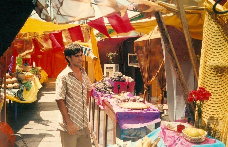 Yo en el set del mercado./Me at the market set.