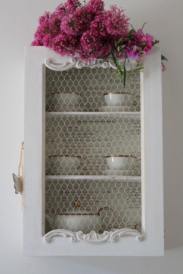 Piccolo cabinet bianco realizzato con legno e cornici di recupero e rete da conigliera.