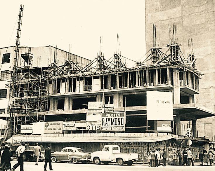 Construcción del edificio de El Tiempo, en la Avenida Jimenez con carrera séptima de Bogotá. La foto es de enero de 1960, el edificio fue inaugurado un año más tarde. Diseñado por el famoso arquitecto Bruno Violi.