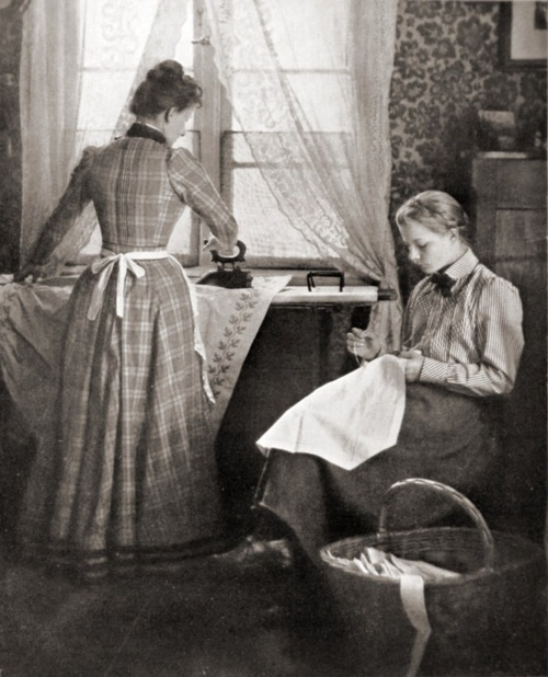 Mother and daughter (ironing and knitting), by Albert Gottheil (1902)