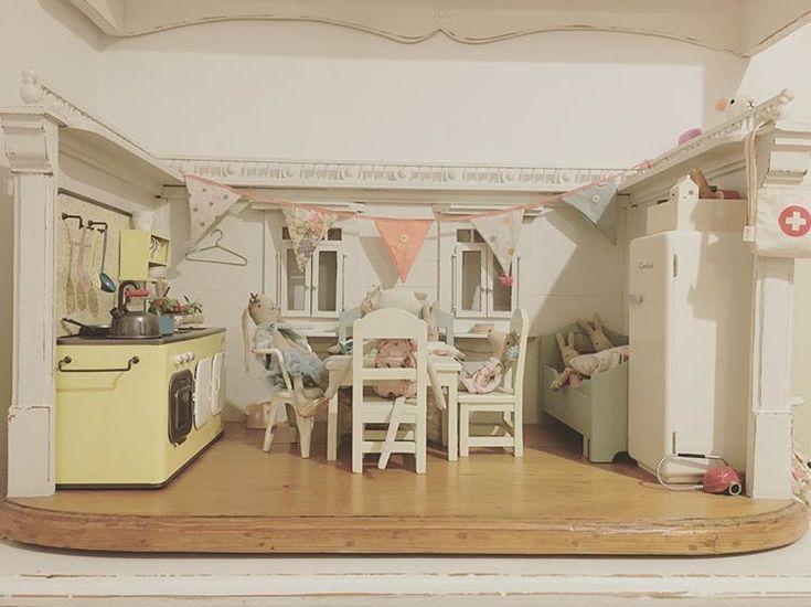 #maileg #gäste #besuch #puppenstube #dollhouse #bunny #rabbit #hase #kaninchen #maus #vintage #retro #küche #kitchen #shabby #esszimmer #schlafzimmer #puppenmöbel #athome #home #zuhause #stube #leinen #pastell #rosa #grün #gelb #Kinderzimmer #childrenroom #kitty