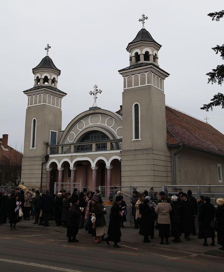 """Nu este deloc o exagerare când se afirmă că lăcaşul ortodox """"Sfântul Antonie"""" din Sibiu este rodul unor decenii de lupte crâncene cu regimul comunist, din care au ieşit biruitoare credinţa străbună, devotamentul faţă de Biserică şi dorul după slăvirea lui Dumnezeu. Nu a curs sânge pentru a se întemeia această biserică, aşa cum s-a"""