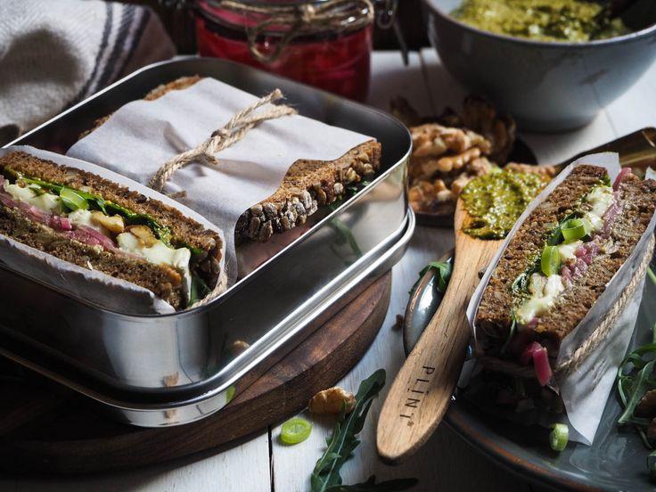 Dansk rugbrød med brie, syltet løk, valnøtter_P4270154