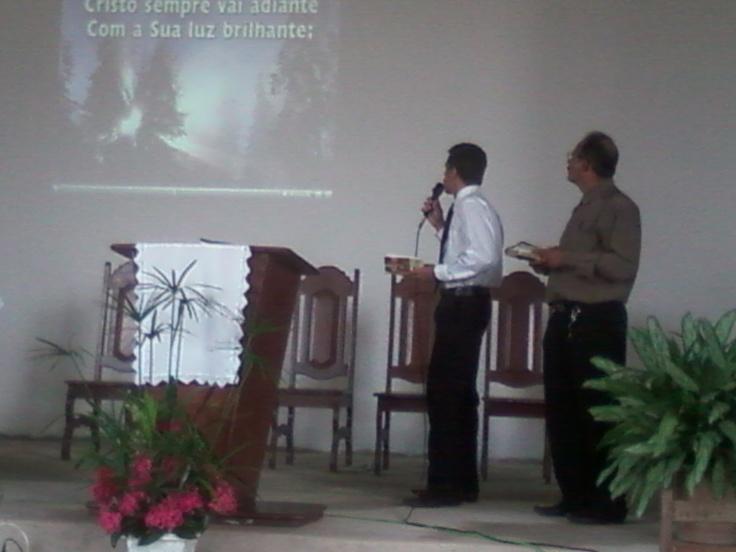 Escola Sabatina e Culto Divino em 01 de Junho de 2013 com batismo de uma família ministrado pelo Pastor Fabio Lazaro. Faylon e Robério cantam hino batismal.