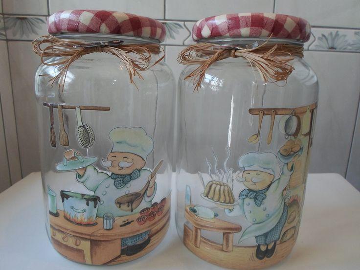 Kit com 2 potes de cozinheiros. <br>Pote de vidro utilitário e decorativo com aplicação de decoupage na frente, tampa de biscuit e decoupage. <br>O modelo do vidro é de palmito com a tampa de boca larga que mede 10 cm (a tampa é de metal). <br>O peso total dos vidros é 2650g.