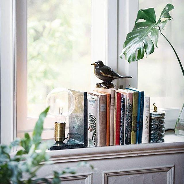 Hur fin är inte den här lampan som också är ett bokstöd? Från Watt & Veke och säljs bl a på @hemtex #hemtex #wattveke #marmor #bokstöd #inredningslisa #inredning #interior #interiør #interior4all #interior123 #nordicinterior #instahome #roomforinspo