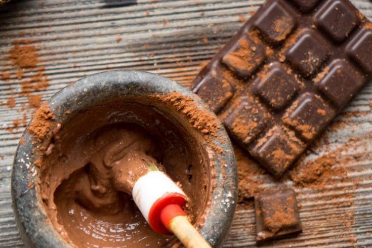 Jak zrobić czekoladową maseczkę do twarzy?  2 łyżeczki miodu 1/3 szklanki kakao 3 łyżeczki płatków owsianych 5 łyżek śmietany Zmiel płatki owsiane w młynku do kawy i wymieszaj ze sobą wszystkie składniki. Następnie na oczyszczoną skórę nałóż maseczkę i pozostaw na 15 minut, po czym ją zmyj.