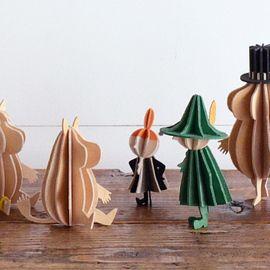 身近にある紙素材を使って、オシャレでかわいいツリーが手作り出来ちゃいますよ! 基本的には糊とハサミで作れるので、大人はもちろんお子様も楽しく作れます。みんなで作ってプレゼントし合っても素敵ですね。色や柄もアレンジ可能なので、自分だけのオリジナルツリーを作ってみてください。おすすめの作り方をご紹介します♪