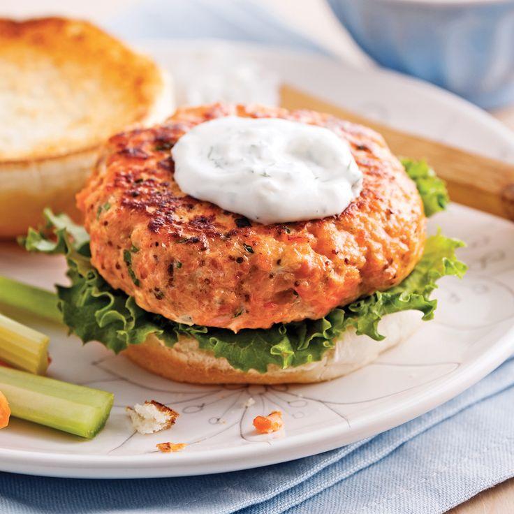 Amateur incontesté de burger à la viande? Qu'à cela ne tienne! Vous raffolerez tout autant de ces burgers de saumon agrémentés d'une mayo à la ciboulette.