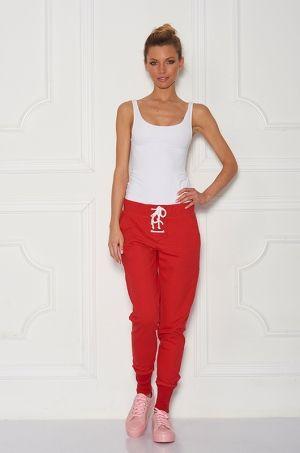 Teplákové nohavice s možnosťou stiahnutia na bielu šnúrku v prednej časti, dve vrecká po bokoch, a nápisom SUGARBIRD na ľavom vrecku. Vhodné na každodenné nosenie.