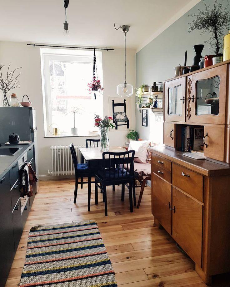 Die Morgensonne scheint in die Küche, die Vögel zwitschern und von der Baustelle – Holz Tisch