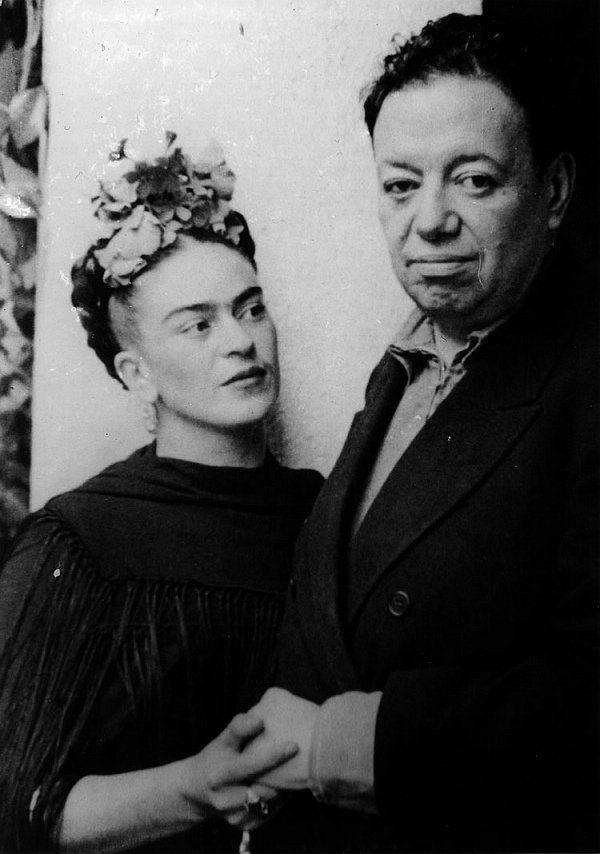 """""""Mas falar de Diego Rivera é também falar de Frida Kahlo, sua mulher e outra das mais influentes artistas do século XX. Pertenciam ambos ao partido comunista mexicano, mas as suas obras, tal como eles mesmos, diferiam na sua dimensão física e emocional; Frida, uma mulher frágil e debilitada, pintava quadros mais intimistas, enquanto Rivera procurava representar grandes temas históricos como a construção da civilização mexicana e o resgate do seu legado."""""""