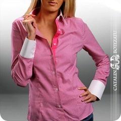 Toate camasile din colectia de haine Catalin Botezatu sunt realizate din bumbac 100% de cea mai buna calitate. Aceasta camasa are un croi deosebit, feminin fiind o alegere ideala atat pentru o zi eleganta la birou, dar si pentru o iesire de seara. Croiul cambrat asigura o feminitate crescuta asa ca fetelor nu ratati ocazia mai ales ca in perioada aceasta camasile pentru femei de la Catalin Botezatu au o reducere de 30%.