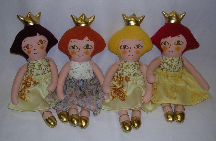 """Emča ... je princezna """"Hadrová"""" panenka je ušitá z bavlněných látek, vlasy má z fleece, výplň pes kuličky. Obličej je natisknutý z linorytu a domalován štětcem nezávadnými textilními barvami fixovanými zažehlením. Na sobě má bílý drezík s nohavičkou se zlatým potiskem, zlatou korunku, též zlaté botky. Sukně je z jemné látky s kytičkami či saténu a je ..."""
