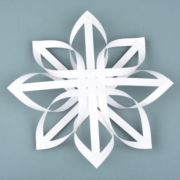 I samarbeid med Stefan Papir starter vi juleforbredelsene med denne enkle papirstjernen. Skal man rekke å få ferdig alt til jul er det godt å være ute i god tid