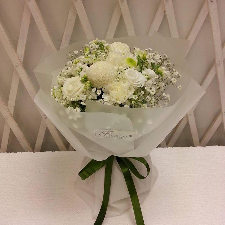 """좋아요 23개, 댓글 1개 - Instagram의 플라미스 꽃다발 카톡 : flomise00(@flomise00)님: """"#플라미스 #꽃선물 #꽃다발 #프로포즈 오늘 주문나간 따끈따끈한 신상품입니다! 흰색과 녹색의 조화가 너무나 잘어울리네요 하얀 드레스의 #신부 그리고 #천사 를 연상시킵니다😇"""""""
