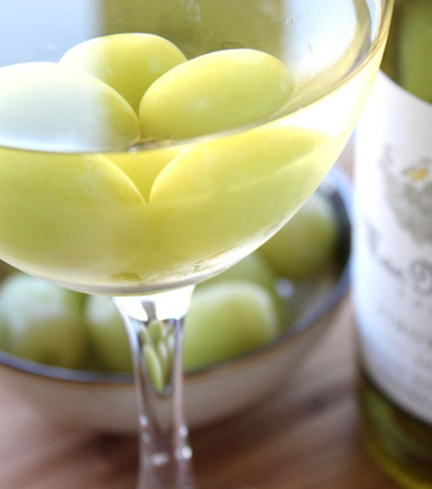 Utilisez des raisins congelés pour rafraîchir votre vin blanc