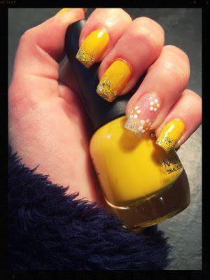 unghia gialla con la punta glitterata con fiore