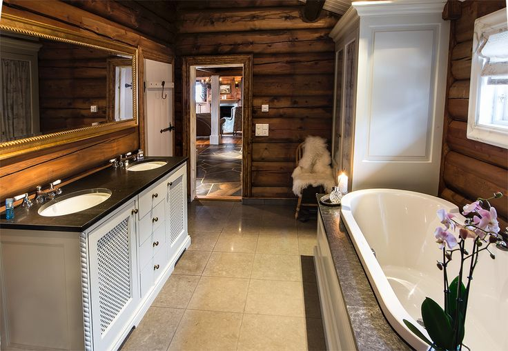 Luxurious bathroom with handmade and hand-painted furnishings from Os Trekultur.