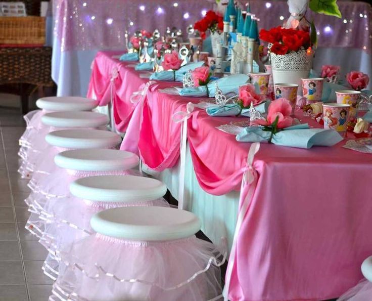 I Like The Two Tone Tablecloths With The Riboon. Wonder If I Could Do That